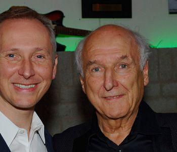 Helmut Lotti geeft Peter Koelewijn een 'Peer'