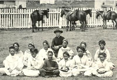 Damiaan en meisjeskoor_1878