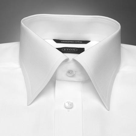 Рубашку с воротником с острыми углами носят с галстуком, завязанным на небольшой.  При этом углы воротника должны...