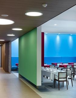 Het gebruik van de diverse matrialen en kleuren defineert de verschillende functies en loods de bezoeker doorheen het gebouw.