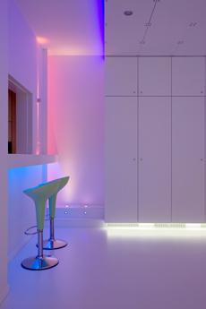 In deze volledig witte ruimte worden niet de aramturen getoond, maar wel toegepast zodat het licht ervaren wordt.