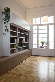 In het hart van dit verbouwd herenhuis staat deze bibliotheek, uitgevoerd in notelaar fineer en lakwerk, en vormgegeven met de verhoudingen van de bestaande woning.