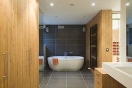 In deze badkamer is gebruik gemaakt van bamboe fineer voor het meubelwerk, HI Macs voor de doucheruimte, en keramische tegels voor de badzone. Hierdoor krijgen de verschillende baadzones een plek in de gehele ruimte. De strategisch geplaatse spiegels vergroten het ruimtelijk effect.