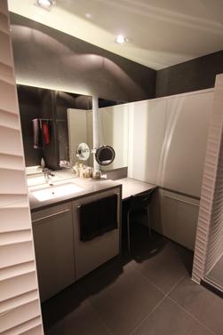 Verlaagde kaptafel met vergrotende spiegel en stoel om zittend het haar en je make-up in orde te brengen.