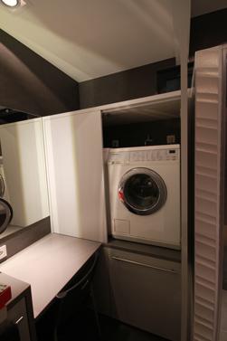 Wasmachine en droogkast op werkhoogte, vergemakkelijkt in- en uitladen van was.