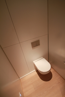 Het toilet is asymmetrisch geplaatst om eventuele assistentie makkelijk en mogelijk te maken. Ook is het toilet wat hoger geplaatst zodat je gemakkelijer kan gaan zitten en rechtstaan.
