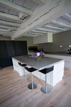 Er is gebruik gemaakt van wat aanwezig is in het bestaande gebouw om een mix te krijgen van oud en nieuw.<br />De balken en het houten plafond zijn gemoderniseerd door ze grijs te schilderen.<br />De keuken is heel open en minimalistisch gehouden.<br />Uitvoering Alkas.
