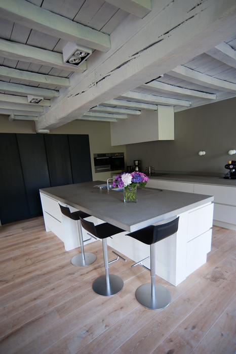 Hoe Een Eiken Keuken Schilderen : schilderen. De keuken is heel open en minimalistisch gehouden