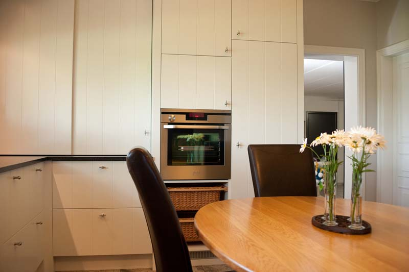 Licht klassieke keuken met vlakke MDF panelen met plankverdeling (V ...
