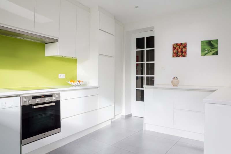 Grote keukenwand met eiland opgenomen in de leefruimte. Gans de ...