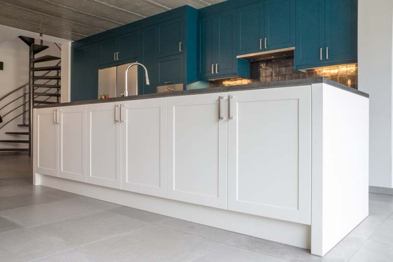 Keuken Wandkast Maken : keukenwand met eiland opgenomen in de leefruimte. Gans de wandkast