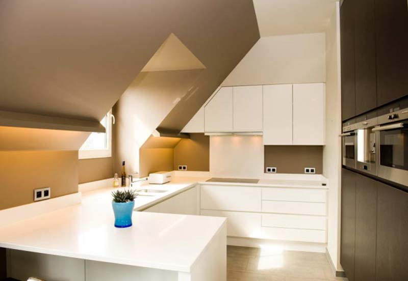 Mooi kleurencombi donkere vloer witte keuken zwart blad en