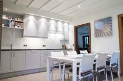 Moderne keuken met lakafwerking en strakke lichthemel geplaatst in een bestaand klassiek huis (35jaar oud). Er is wel gekozen voor klassieke kaderpanelen met een vlak paneel, wat een goede mix geeft als aansluiting bij de rest van het interieur.