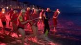 Redders met fakkels in zee
